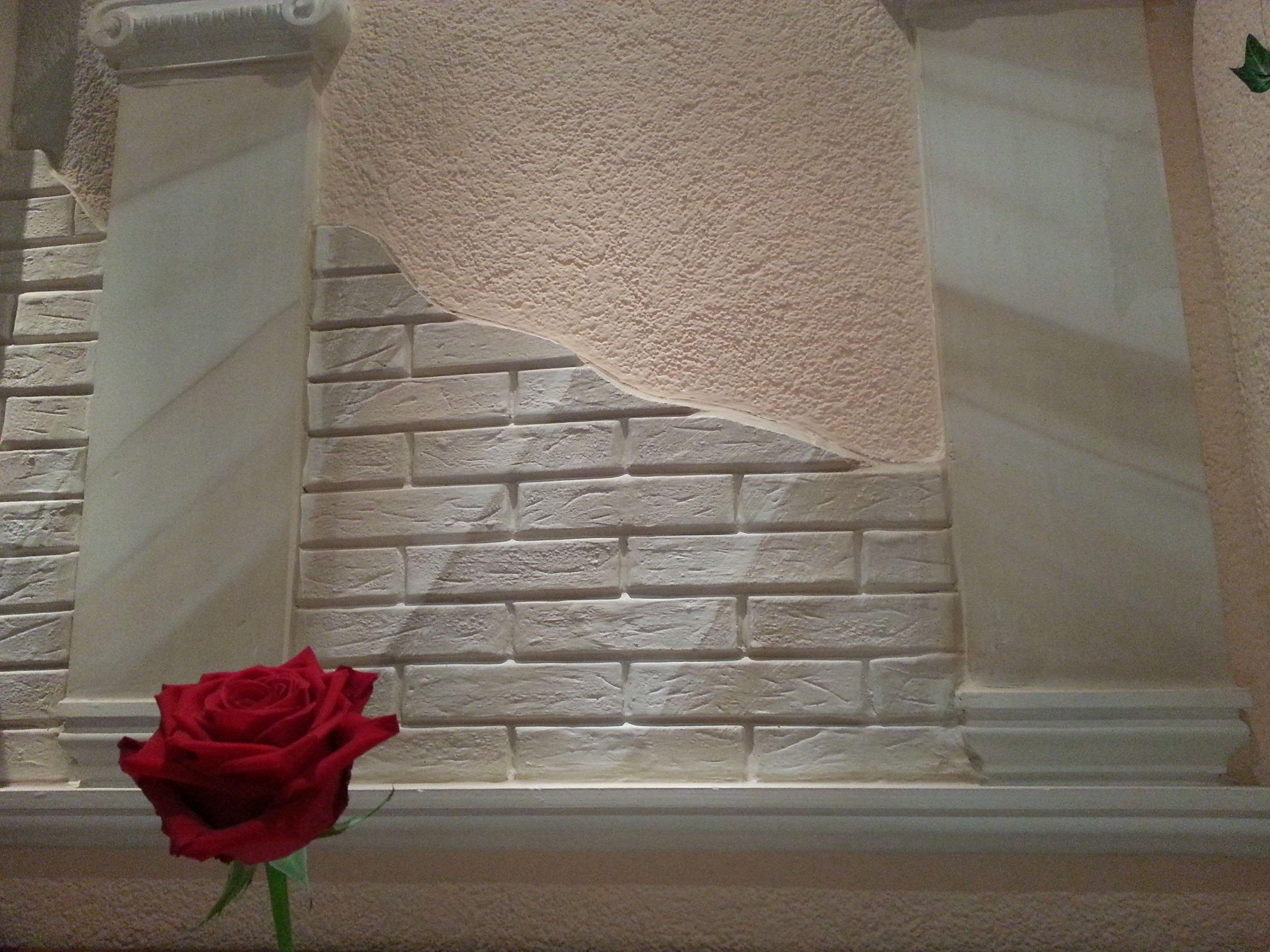 Steinimitation mit verschiedenen Steinen und roter Rose