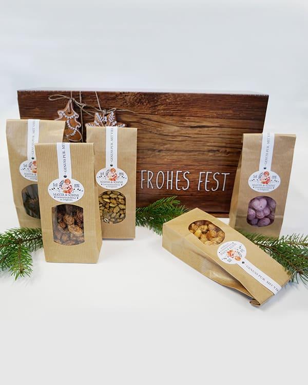 Köstliche Variation gebrannter Nüsse, Bonbons und Magenbrot im dekorativen Geschenkkarton