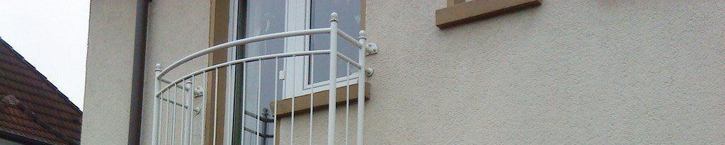 Über uns Titelbild Hauswand mit Balkon