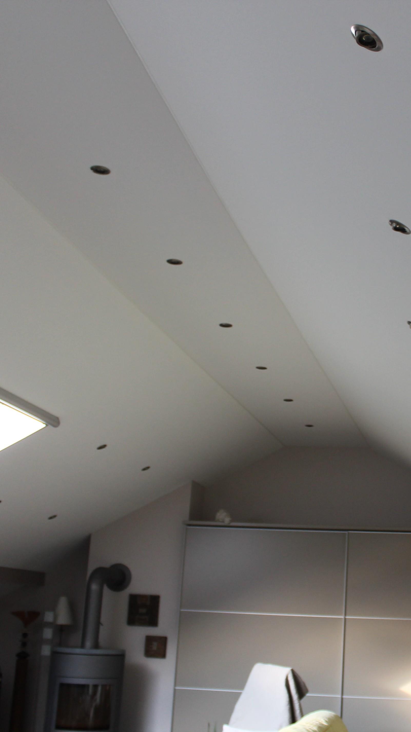 Spanndecke im Büro mit vielen Lampen