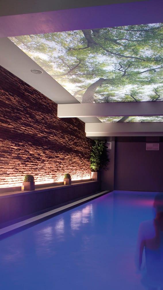 hinterleuchtete bedruckte Decke in einem Schwimmbad