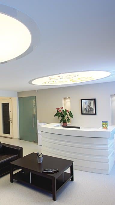 Runde Lichtfelder am Empfang in einer Zahnarztpraxis