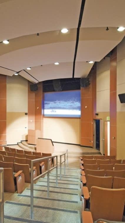 Akustikelement in einer Universität bespannt mit 495D