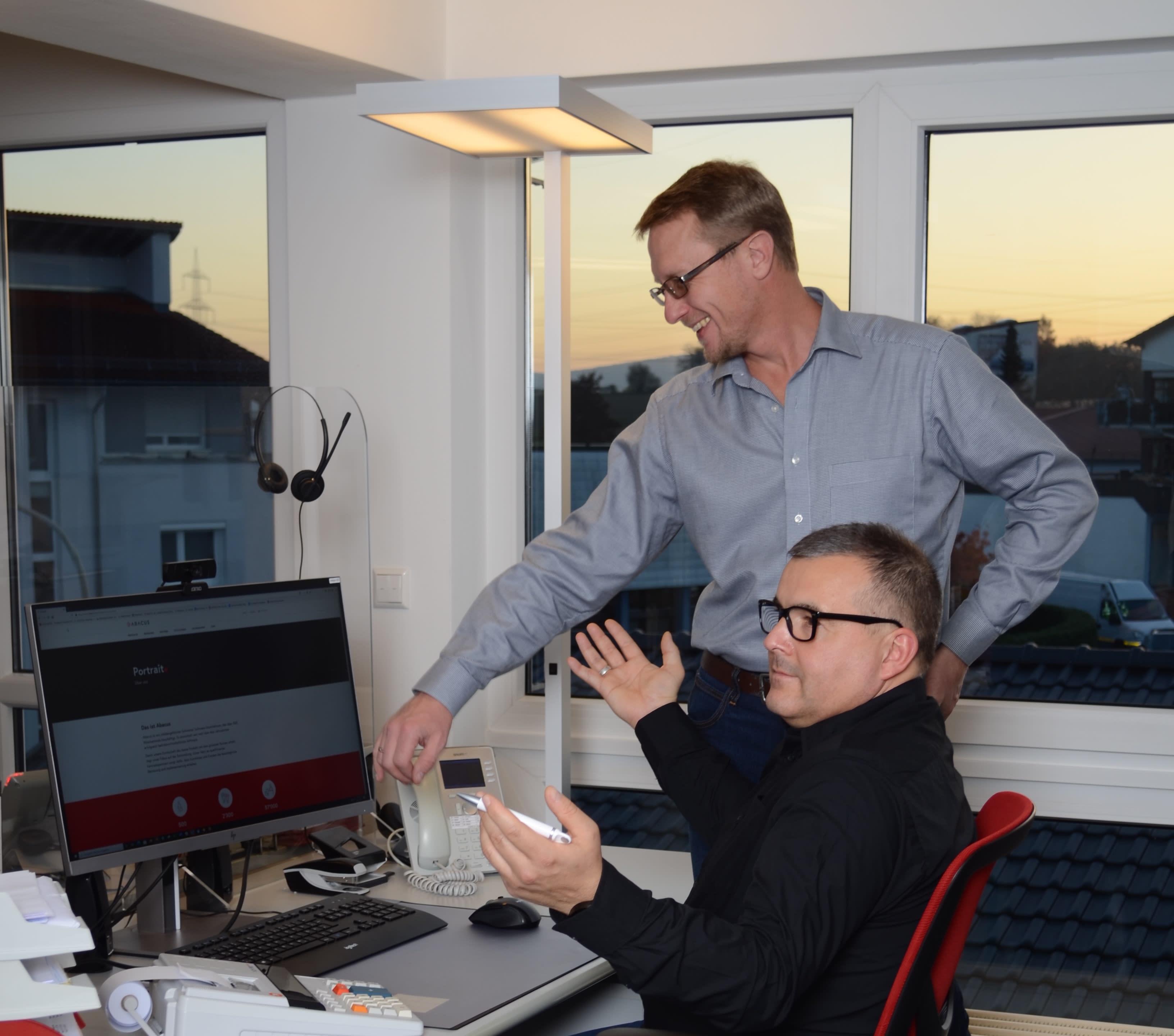 Sergej und Michael am Arbeitsplatz
