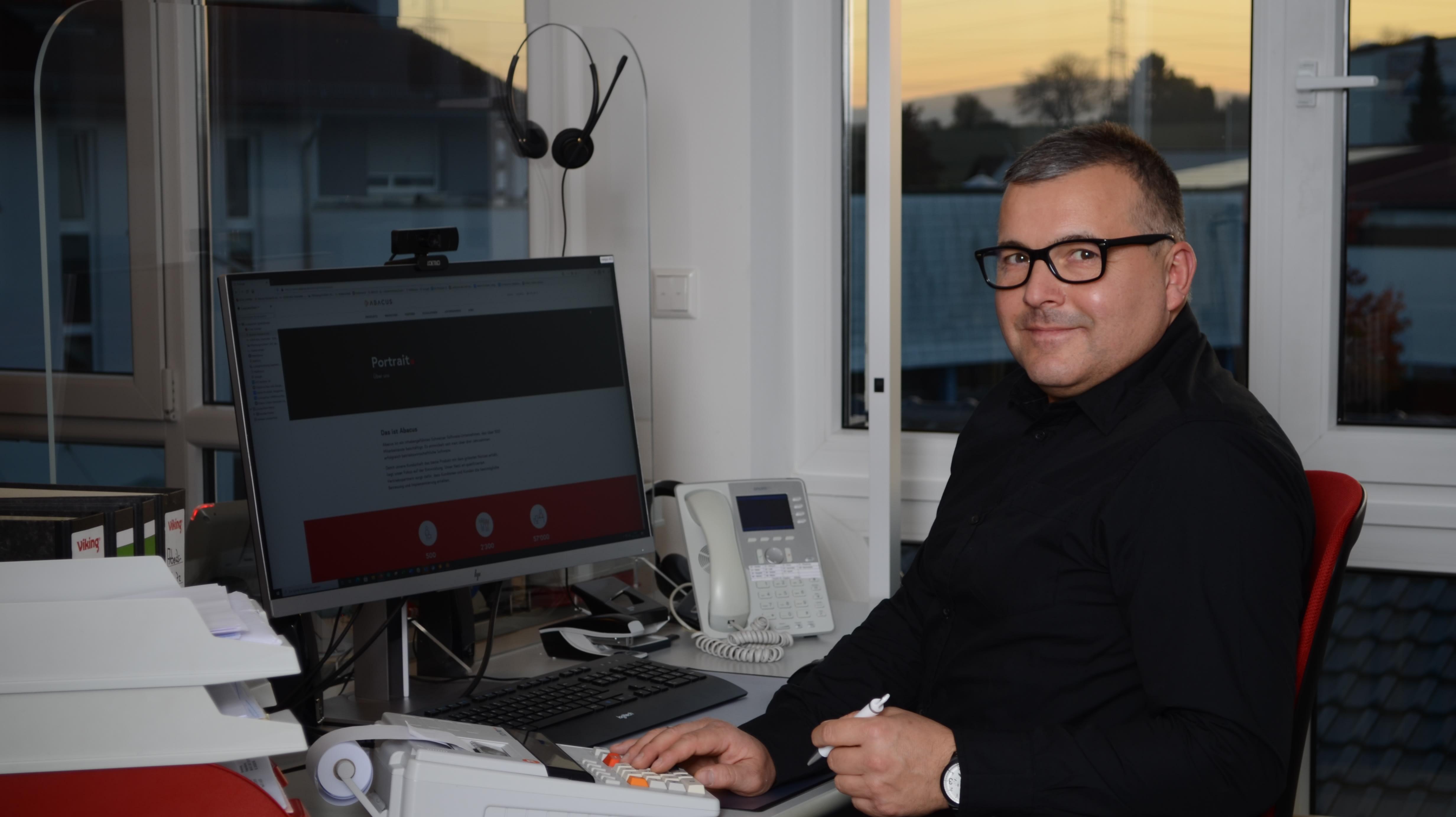 Michael Bild am Arbeitsplatz zugeschnitten