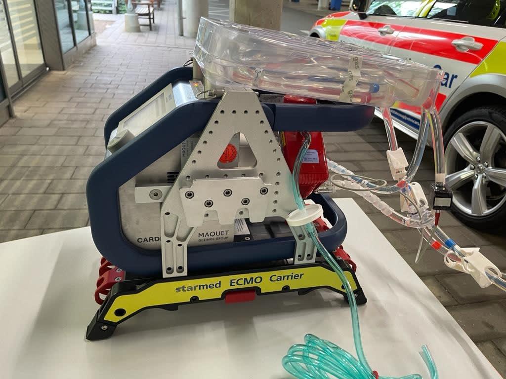 ECMO Carrier eingerüstet mir Cardiohelp Maquet