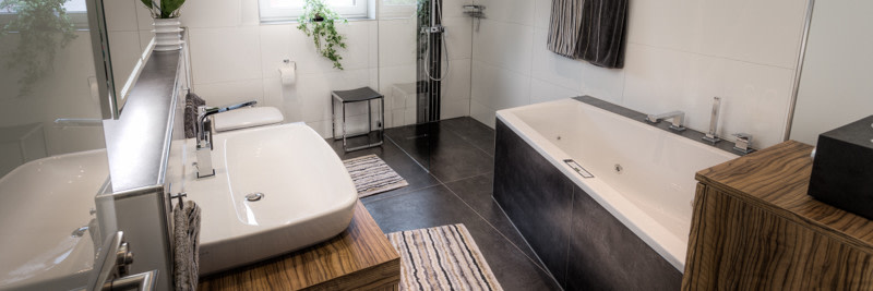 Badezimmer neu renoviert in grau weiß Tönen Badkalkulator