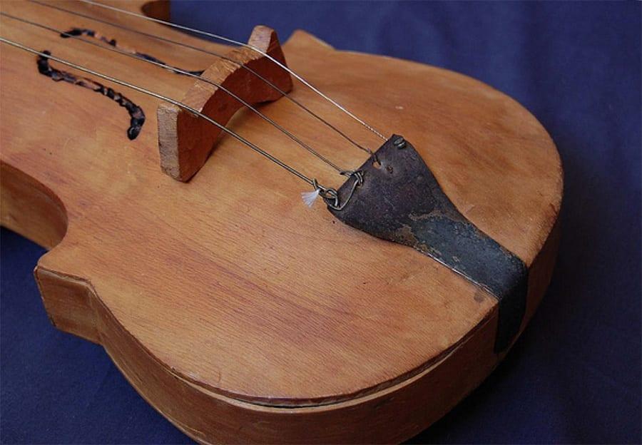 Violín tradicional de Chiloé (detalle). [Foto: Portal Patrimonio de Chile | Flickr].