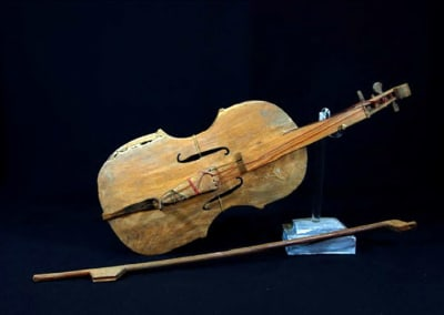 """Violines populares argentinos. Instituto Nacional de Musicología """"Carlos Vega"""" (Argentina). [Fotos: http://conar.senip.gob.ar/]."""