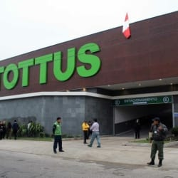 Supermercado Tottus - San Bernardo / Estación en Santiago