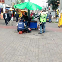 Puesto Ambulante de Arreglo de Zapatos en Bogotá