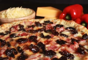 Pizza mediana clásica y Coca-cola 1.5 por $15.900