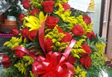 Ramo de 24 rosas en base más globo por tan solo $50.000