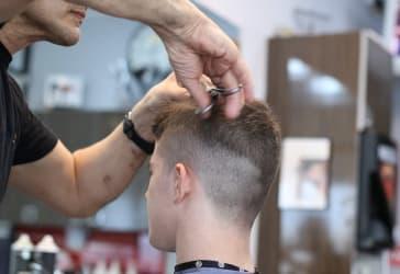 Corte de cabello de hombre por $15.000