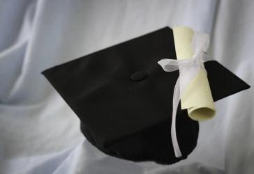 Alquiler de togas y birretes Kit Black  por $90.000