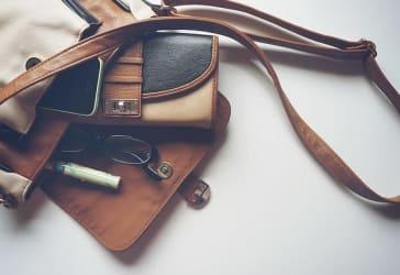Bolso para dama elaborado en cuero y madera por $40.000