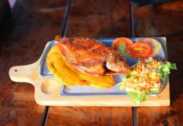 Mojarra frita con francesa, arroz y ensalada por $17.000