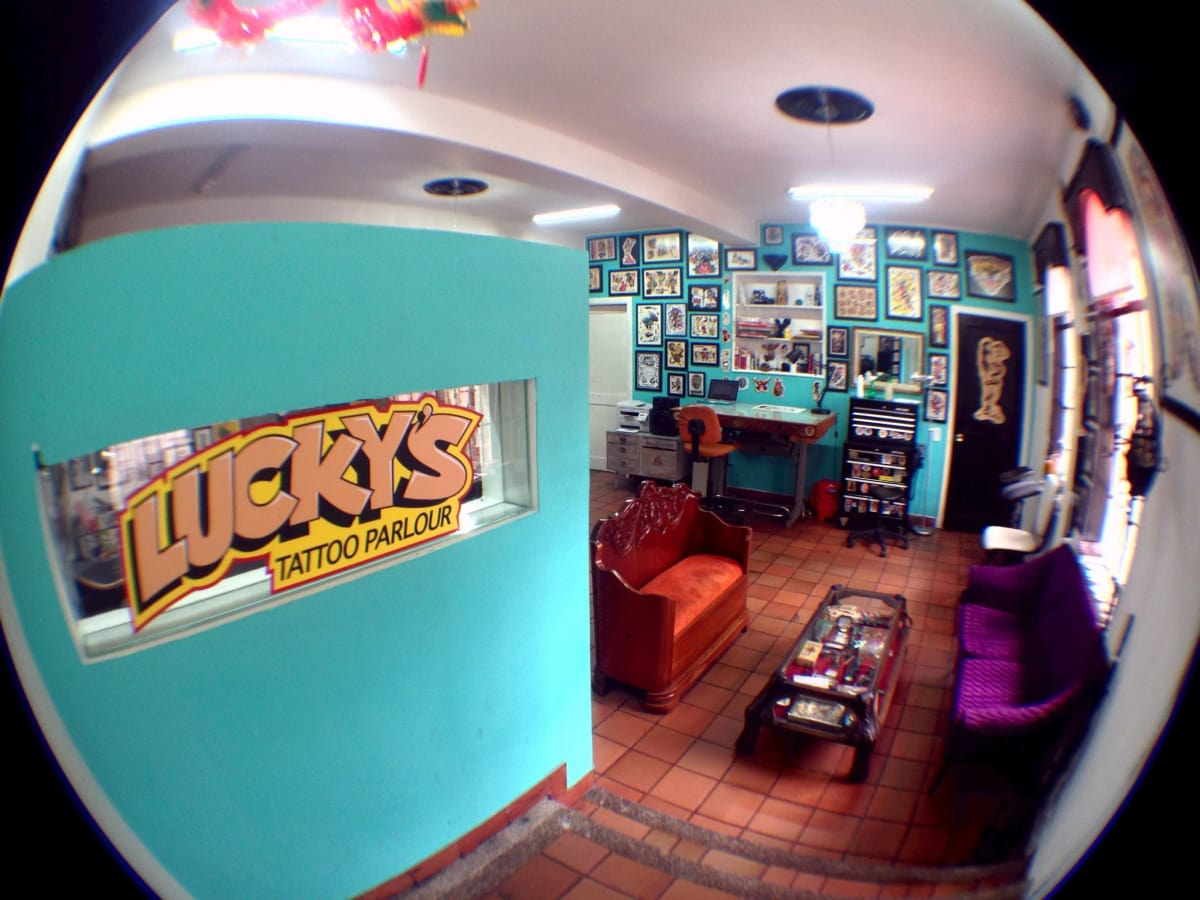 Lucky 39 s tattoo parlour tatuajes piercings bosque for Lucky drive tattoo parlour