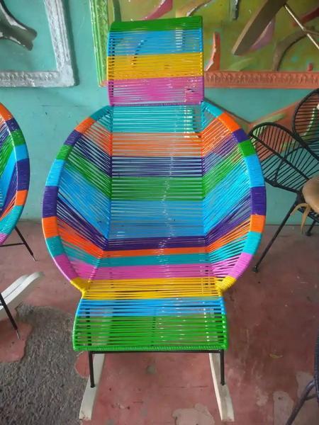 Mecedora multicolor metálica