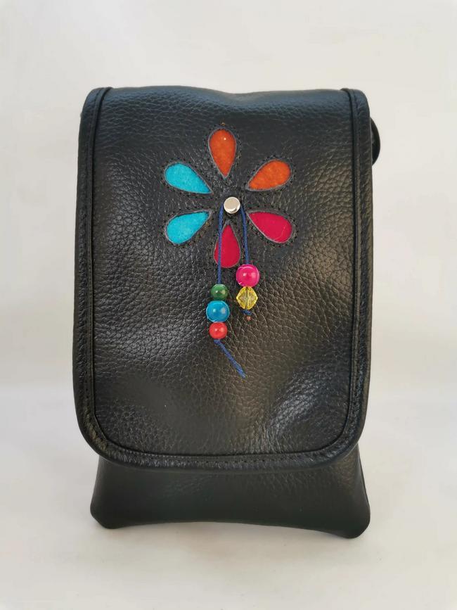 Bolso negro de dama para celular
