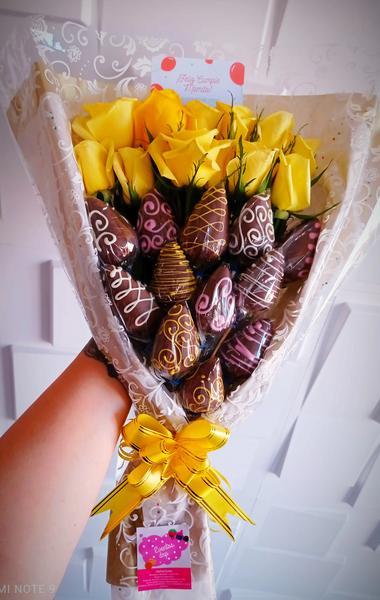 Ramo de 12 rosas y 12 chocofresas