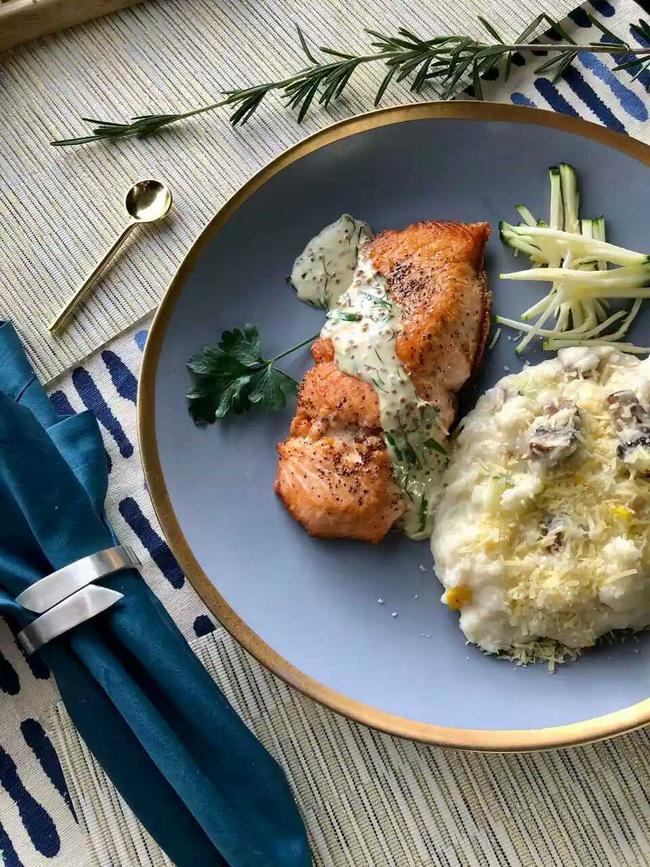 Filete de salmón sobre risotto de vegetales