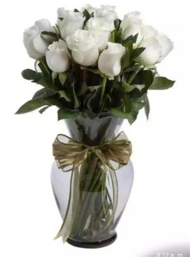 ¡Susurro de Amor! Jarrón de cristal con 24 rosas blancas por sólo $650 MXN