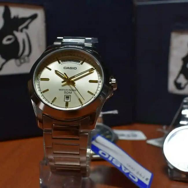 Reloj Casio day date con tablero crema
