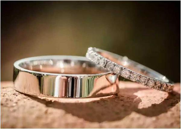 Pareja de argollas matrimoniales en oro o plata