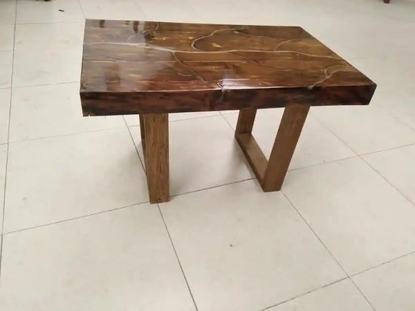 Mesa de centro en madera y resina