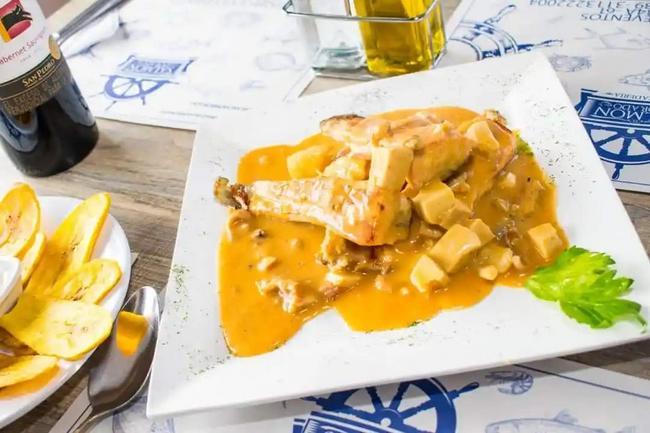 Salmón en salsa marinera