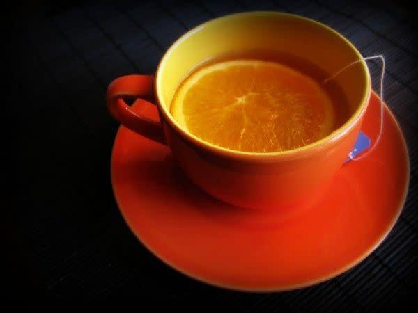 Taza única color mandarina con cuchara a sólo $20 MXN