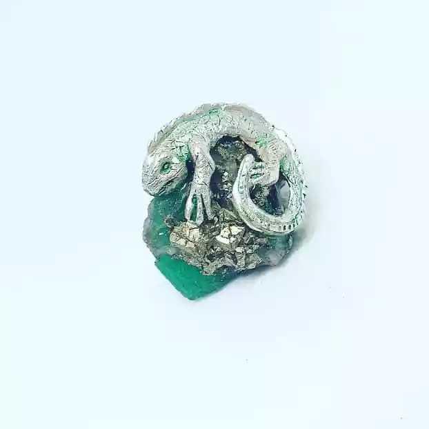 Iguana fabricada en plata y esmeralda