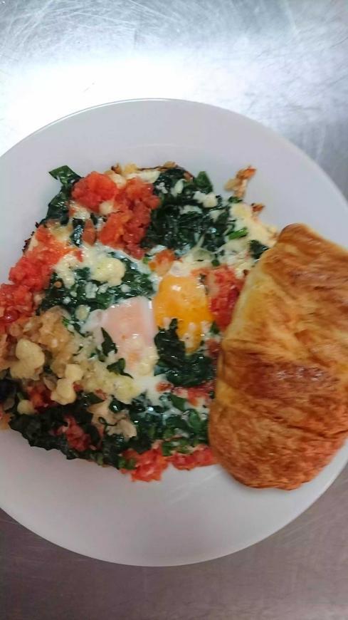 Huevos en salsa criolla