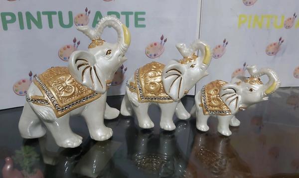 Trío de elefantes elaborados en cerámica