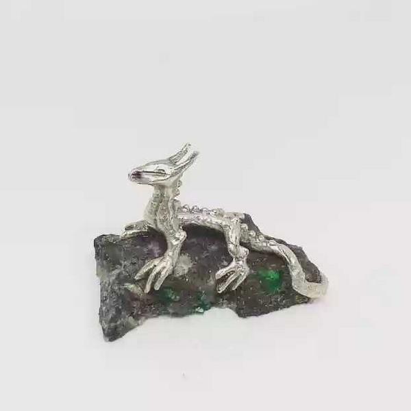 Dragón de agua elaborado en plata y esmeralda