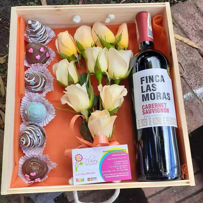 Caja de fresas con chocolate vino y rosas