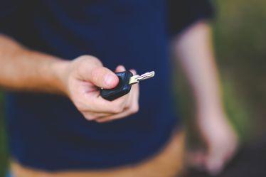Schlüsselübergabe an den jungen Fahrer