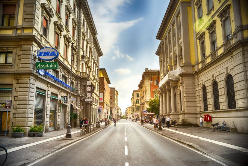 sonniger Tag in einer Stadt mit leerer Straße