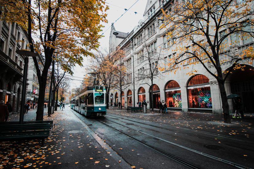 in einer deutschen Stadt im Herbst fährt eine Straßenbahn auf einer Straße
