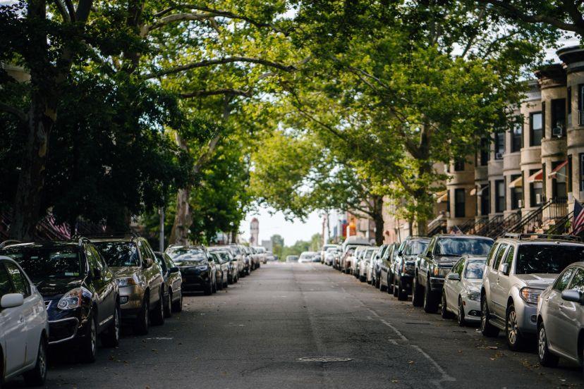 Viele Autos in einer Straße in einer deutschen Stadt geparkt