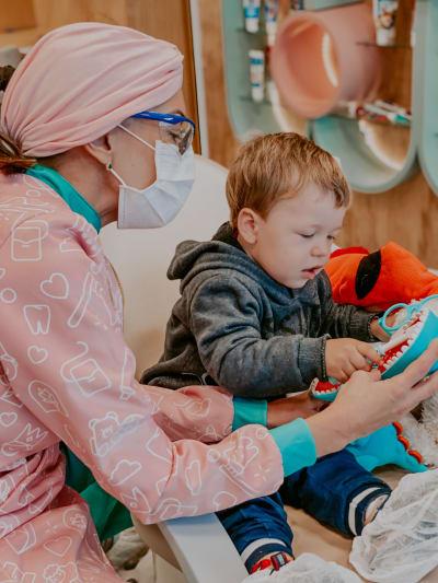 Imagem sobre Odontopediatria que acolhe.<br>Amor que educa e cativa.<br>Diversão que nos faz sorrir.