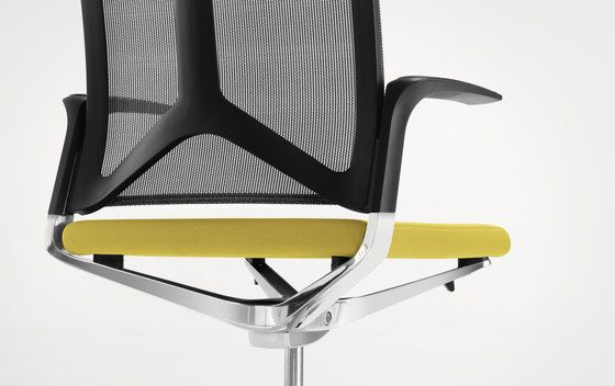 https://res.cloudinary.com/clippings/image/upload/t_big/dpr_auto,f_auto,w_auto/v1/product_bases/camiro-workmeet-swivel-chair-by-girsberger-girsberger-martin-ballendat-clippings-7727132.jpg