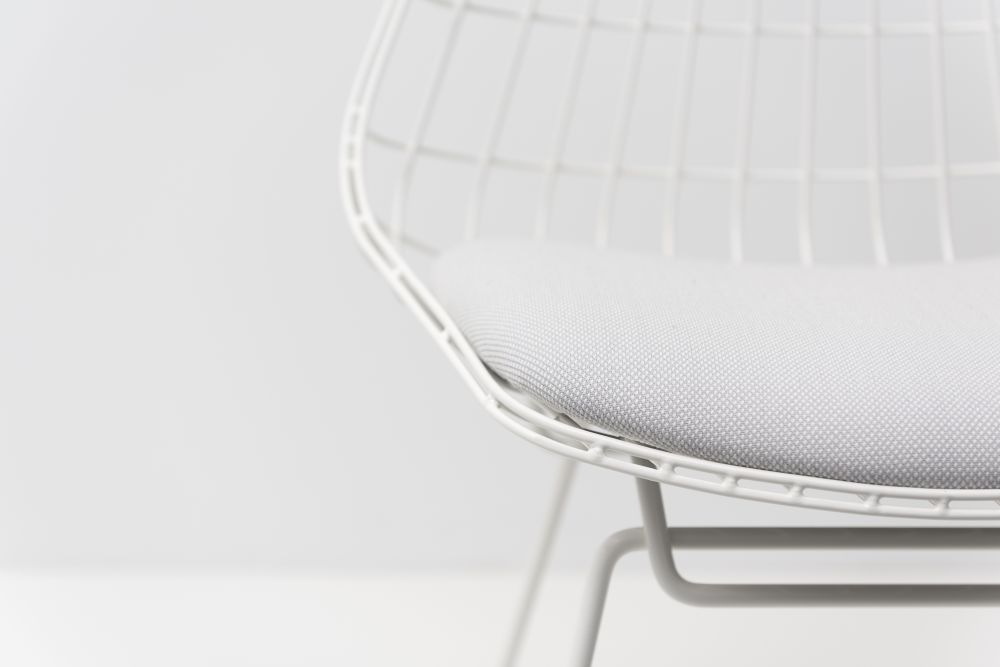 https://res.cloudinary.com/clippings/image/upload/t_big/dpr_auto,f_auto,w_auto/v1/products/sm05-dining-chair-with-cushion-paper-white-frame-pastoe-cees-braakman-clippings-1424681.jpg