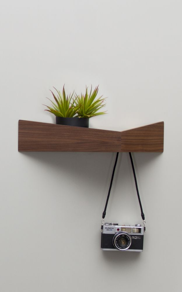 https://res.cloudinary.com/clippings/image/upload/t_big/dpr_auto,f_auto,w_auto/v1477051436/products/pelican-shelf-with-hidden-hooks-walnut-medium-woodendot-mar%C3%ADa-vargas-daniel-garc%C3%ADa-clippings-8623391.jpg
