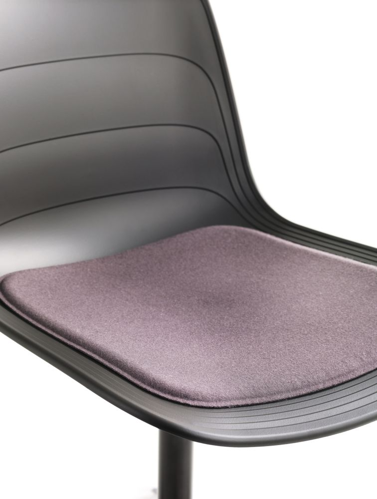 https://res.cloudinary.com/clippings/image/upload/t_big/dpr_auto,f_auto,w_auto/v1552979362/products/grade-swivel-chair-with-seat-pad-4-star-base-on-glides-lammhults-johannes-foersom-peter-hiort-lorenzen-clippings-11168502.jpg