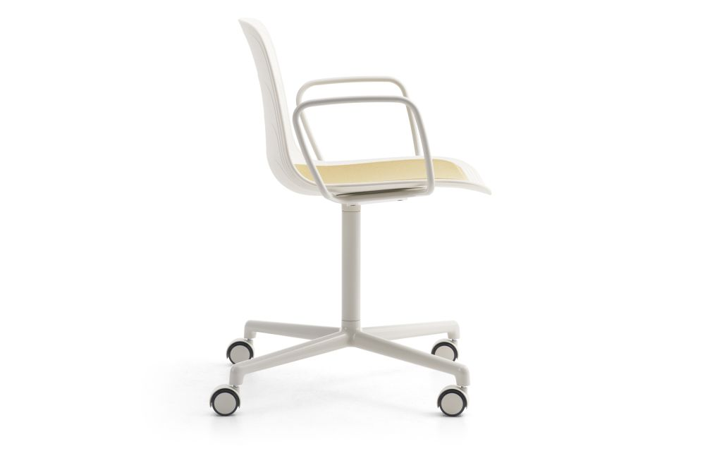https://res.cloudinary.com/clippings/image/upload/t_big/dpr_auto,f_auto,w_auto/v1552982421/products/grade-swivel-armchair-with-seat-pad-4-star-base-on-castors-lammhults-johannes-foersom-peter-hiort-lorenzen-clippings-11168540.jpg
