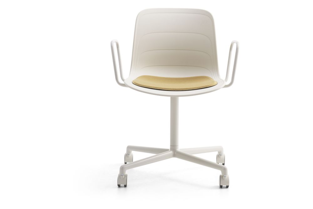 https://res.cloudinary.com/clippings/image/upload/t_big/dpr_auto,f_auto,w_auto/v1552982423/products/grade-swivel-armchair-with-seat-pad-4-star-base-on-castors-lammhults-johannes-foersom-peter-hiort-lorenzen-clippings-11168541.jpg
