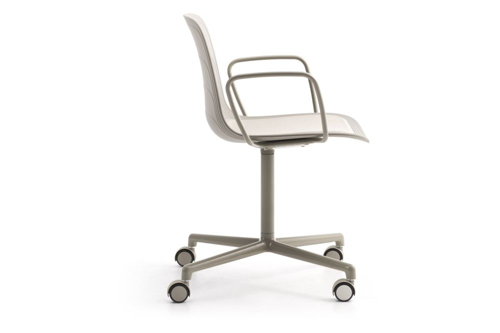https://res.cloudinary.com/clippings/image/upload/t_big/dpr_auto,f_auto,w_auto/v1552982423/products/grade-swivel-armchair-with-seat-pad-4-star-base-on-castors-lammhults-johannes-foersom-peter-hiort-lorenzen-clippings-11168542.jpg