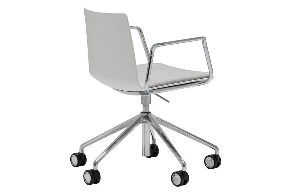 https://res.cloudinary.com/clippings/image/upload/t_big/dpr_auto,f_auto,w_auto/v1563269980/products/flex-5-star-swivel-base-armchair-with-upholstered-seat-pad-and-castors-andreu-world-piergiorgio-cazzaniga-clippings-11264625.jpg